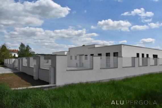 Moderne Aluminiumumzäunung eines Hauses LINE - Uherský Brod 2018